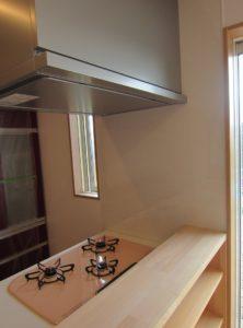 キッチン前に強化ガラス取付工事 5ミリ ガラス破損止め