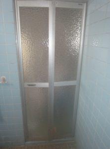 LIXIL 浴室中折れドア 取り付け(カバー工法)