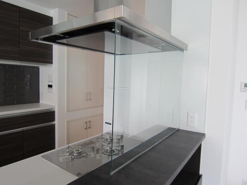 キッチン前ガラス 取り付け 強化ガラス