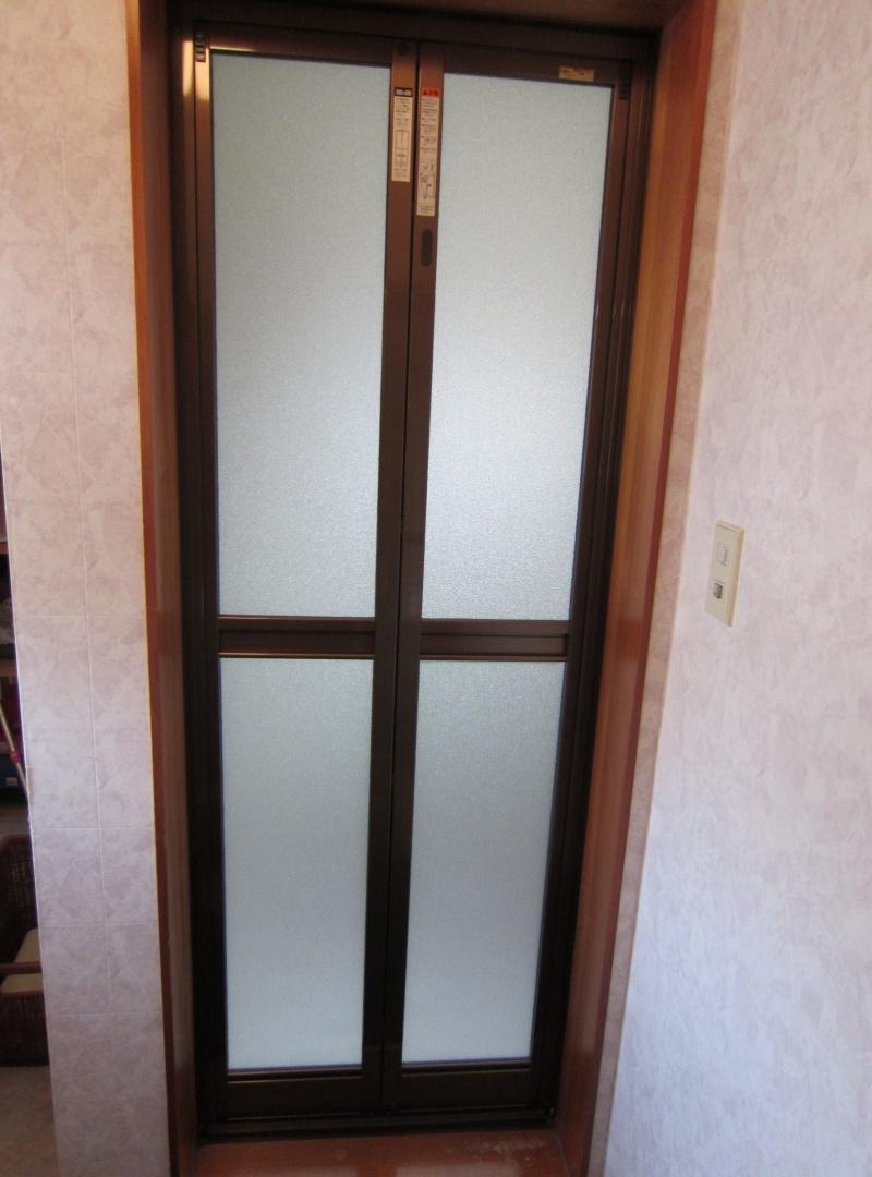LIXIL 浴室中折れドア取付工事(カバー工法)