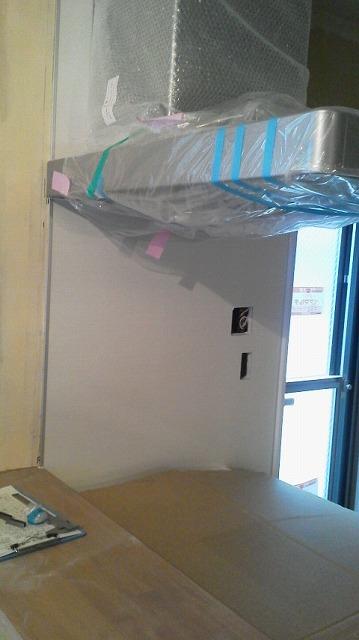 大府市 ホンダトーヨー オープンキッチン レンジフード前のガラス工事 2011/12/24